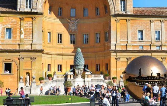 Il Cortile della Pigna nei Musei Vaticani a Roma